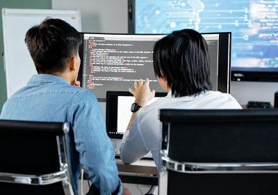 Outsourcing IT plusy i minusy z usług informatycznych dla średnich firm.